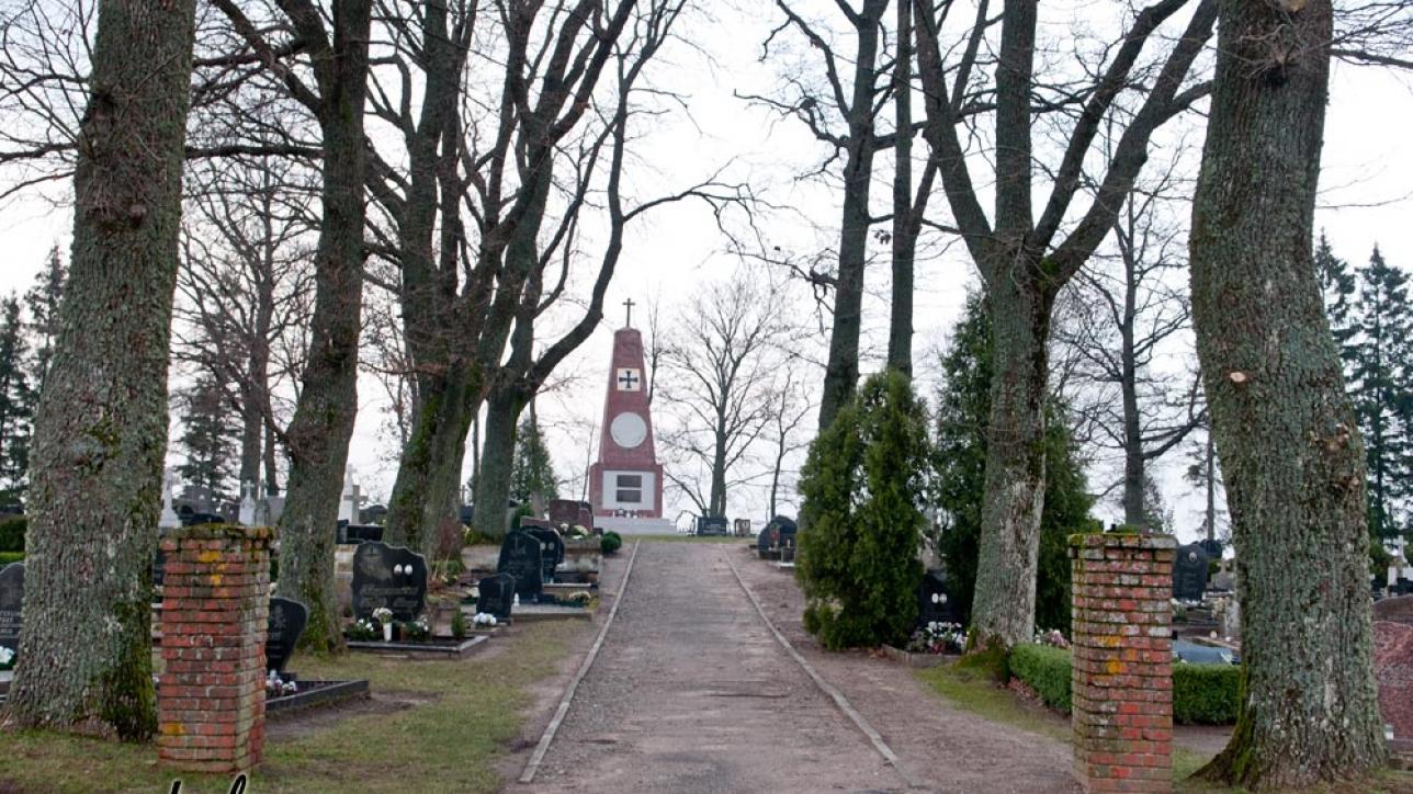 Priekulės kapinių įėjimas į senąją kapinių dalį